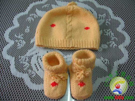 描述:我给孙宝宝编织的毛衣-连体衣套装-配套的鞋帽
