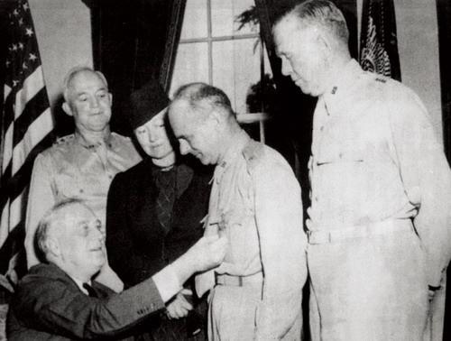 1942年5月19日,美国总统富兰克林·罗斯福在白宫接见杜利特尔并为他图片