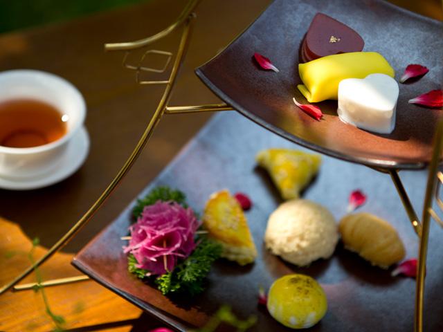 茶点的呈现借取了经典英式下午茶所使用的多层糕点架设计,宝塔形的图片