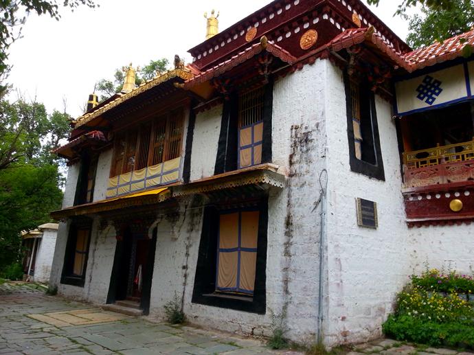 说起这些宫殿不如说是些精典的藏式小楼,吸取了内地园林传统手法,运用图片