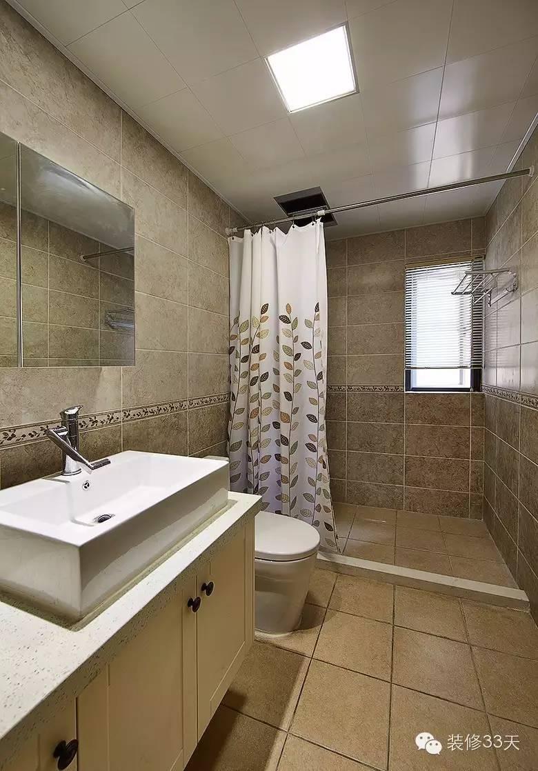 卫生间以浴帘替代淋浴房,节省预算并显得空间宽敞