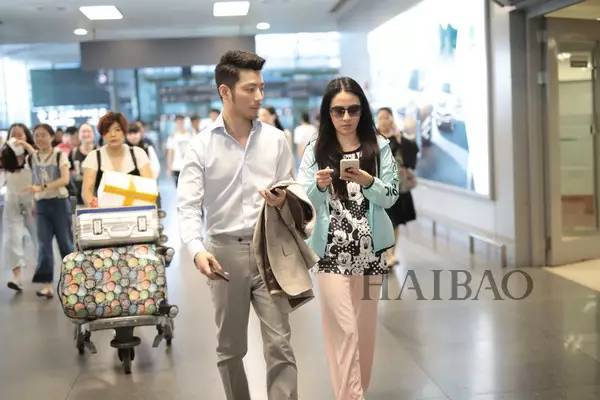 张歆艺2017年7月9日北京机场街拍 2017年7月9日,叶璇与男友小默先生现图片
