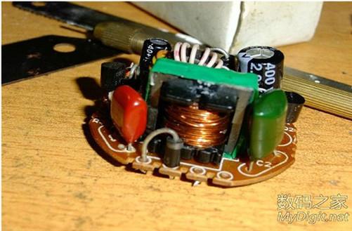 改绕线圈l为变压器,在电路板空余处焊上整流二极管