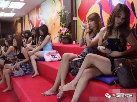 越南美女见中国游客显热情,一列排开围上来,街头靓丽风景线